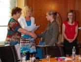 Vítězce kat. č. 2 Tereze Plškové blahopřeje senátorka Miluše Horská